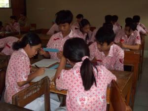 """Suasana Kelas IX D SMPN 2 Gatak dalam """"Masyarakat Belajar"""" pada kelompok kecil (4orang)"""